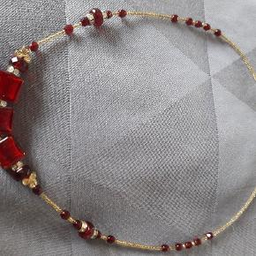 """Smuk halskæde af Muranoglas. Købt i Venedig. Små """"guld""""perler imellem de røde."""