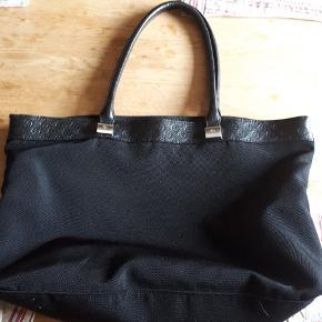 Adax net/taske i stof og skind, måler 44×30cm der er en stor lomme indvendig med lynlås.