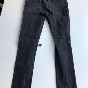 Str 30/32, Travis Jeans i Beatnick Black. Lavet huller på knæ og klippet af forneden. Derfor kortere end en 32 i længden.