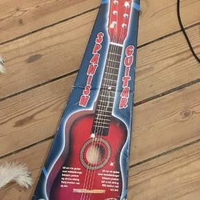 guitar, spanish guitar, børneguitar i træ, seks strenge. Pæn brugt stand, men mangler to strenge. Med æske. 75kr Kan hentes Kbh V