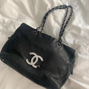 Min mor sælger sin smukke Chanel Grand Bag i sort læder  Den har ingen skader eller slid Tasken er som ny Sølv hardware Authentic card medfølger Plads til computer   PRIS 14.300kr  Bredde 33,5cm Højde 23cm  Dybde 16cm  Skriv DM for køb