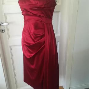 Varetype: Super lækker kjole Farve: se billede  Brugt en gang.  Bryst: 2X 45 cm Talje: 2X37 cm Længde: 97 cm på den længste side 2X82 cm den korteste side.  Sender med DAO / Postnord  SE OGSÅ MINE 450 ANDRE ANNONCER :)