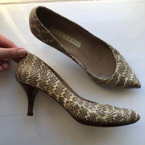 Smukke stilletter med træ hæl. Brugt men ses kun under skoen. #30dayssellout