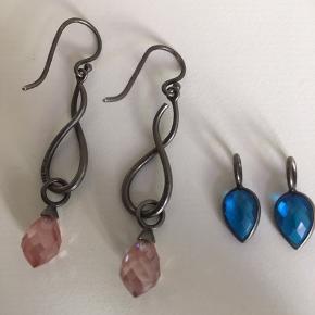 Fine øreringe i sort sølv / oxyderet med to sæt vedhæng, som man kan skifte rundt. Sælges helst samlet.