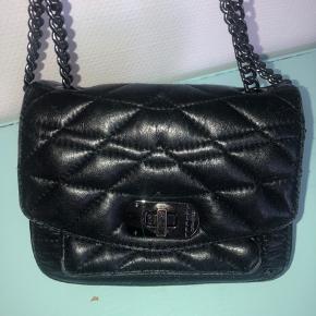 Zadig og voltaire læder taske, har lidt brugsmærker i kanterne hvilket kan ses på billederne, men er ellers i flot stand!