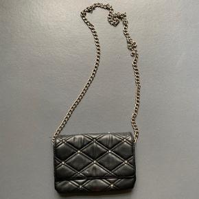 Sælger denne lille taske til 40,- Fremstår i din stand 🌸 Køber betaler fragt eller hentes i Brønshøj.