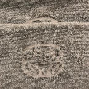 Har været brugt få gange 2 badehåndklæder, og 4 vaskeklude (sidst nævnte bruger jeg selv som gæste håndklæder) Farven hedder Aqua  Mål: 70 x 140 cm og 32 x 32 cm