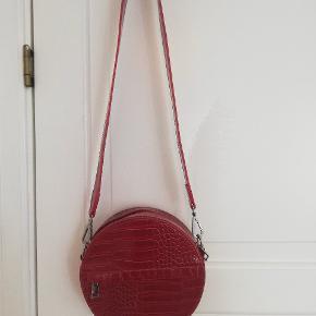 Smuk taske fra Hvisk i flot rød farve. Aldrig brugt, og sælges da det er et fejlkøb. Ny pris 500.