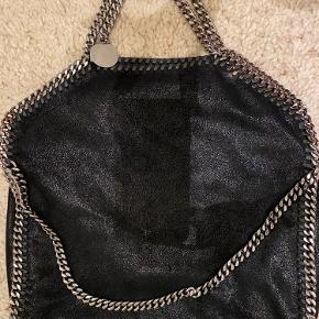 Stella McCartney Small Tote Bag i yderst flot stand. Ingen tydelige brugstegn eller anden tegn på slid. Kvittering, dustbag og pose medfølger.