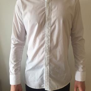Hvid skjorte i god kvalitet. Passer til en høj slank herre.  BYD