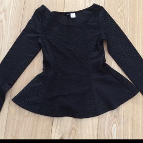 Meget fin sort bluse. Næste ny.