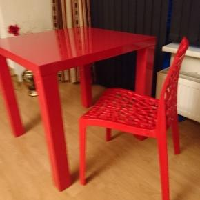 Højglans spisebord og 3 stole. Vedligeholdt og uden nævenyttige fejl og mangler. Sælges samlet for 200, eller 40 kr pr. stol og 150 kr for bordet. Bordet er 80x80 og 75 høj.