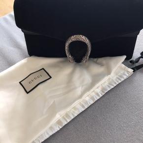 meget smuk og stort set ubrugt taske fra 2018 i sort ruskind. Den er fuldstændig som ny- der er absolut intet slid, ridser eller andet ved den. Det er størrelsen small. Kvittering og dustbag medfølger.  Jeg bytter ikke- bortset fra øvrige gucci og YSL tasker.