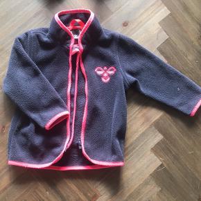 Flot fleece jakke til pigen - mørkeblå og pink - logo på brystet