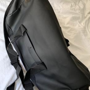 Da jeg har købt en ny taske, sælges hermed den gamle.