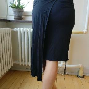 Sort nederdel fra Kenzo jungle serie, I fin condition. Angivet til S men passer en M vel. Mp 375