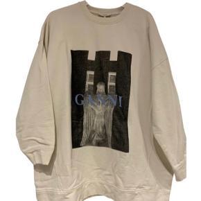 Sælger denne udsolgte sweater fra ganni i xs-small, men er oversize så kan også passes af en medium. Fejler ingenting. Kan afhentes på Frederiksberg eller sendes :)