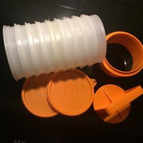 Sælger den meget populære bøfpresse / bøfformer med tilhørende forme som kan stables. Desuden 2 låg. Kun brugt til demo