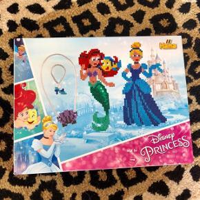"""Hama """"Disney Princess"""" sæt. Dette sæt indeholder 4.000 små perler og 2 plader (aldrig været åbnet) 🧜🏻♀️🌊🐠 + 👸🏼💍👡  Byd gerne kan både sendes på købers regning eller afhentes i Aarhus C 📮✉️"""