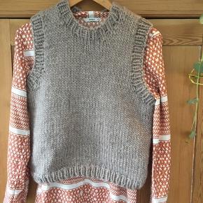 Hjemmestrikket vest - strikkes i ønsket farve og størrelse. Vesten er strikket i eskimo fra drops søg på rito.dk og se farvemuligheder.  Kan stadig bestilles til tilbudspris 600😉