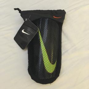 Nike benskinner. Brugt nogle gange. Har en lille revne på den ene benskinne, men det er kun kosmetisk.