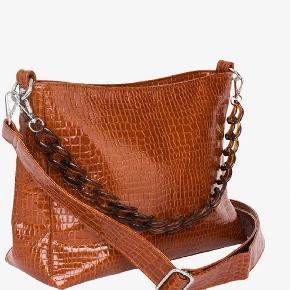 Hejsa💟  Jeg sælger denne super fine taske fra hvisk. Den er helt ny og aldrig brugt. Grundet dette, så vil jeg gerne så tæt på normalpris som muligt.   Normalpris; 800kr.   Byd gerne i kommentaren, eller skriv en privat besked.   Ha' en dejlig dag😘.