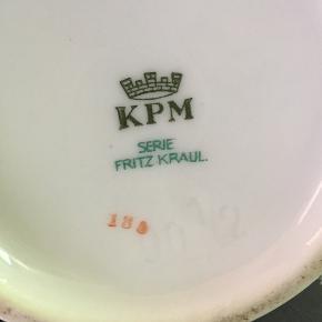 Kaffesæt til 6 personer Fritz Kraul KMP serie  Elegant sæt med Kaffekande, flødekande og sukkerskål på lille fad, 6 kaffekop, underkop og kage tallerkener, 2 kagefad og 2 askebæger.  Helt intakt og uden skår. Minimalt brugt.  Samlet pris 350 kr. + evt. GLS forsendelse  +50 kr.