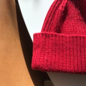 Meget fin hue fra Just Female i 60%uld/40%nylon.