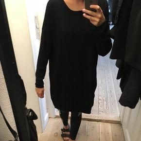 Jeg sælger denne fede strik kjole fra Object, str. S. Den er brugt et par gange og er super behagelig at have på. Den har lynlås i siderne.👗  • Jeg sender med DAO - køber betaler • Jeg tager imod MobilePay • Kan hentes i Aarhus C
