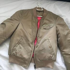 Vero Moda jakke sælges. Brugt en enkelt gang. Str S