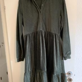 Mørkegrøn/Armygrøn kjole i blødt babyfløjl. Brugt 2 gange. Ammevenlig med knapper ned til livet. Meget populært snit.