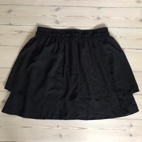 Envii kort nederdel, sort med sorte prikker.