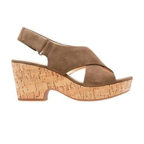 Helt nye og aldrig brugte Maritsa Lara sandaler fra Clarks.  De er wide (brede) fit.  Jeg købte dem i England for to uger siden, fordi de er udsolgt på det europæiske websted, så jeg kan ikke returnere dem. Pris er ikke fast.