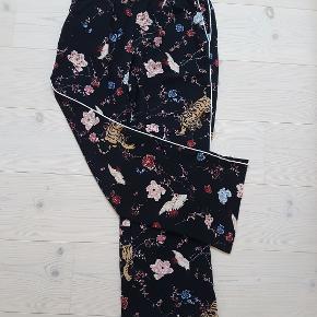 Super lækre bukser med vidde, og elastik i livet.  BYTTER IKKE !!!  Prisen er 250 kr  Handler mobil pay