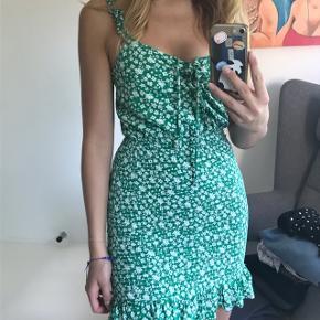 Helt ny kjole fra Bershka, som er købt i Spanien ☀️  Sælges til 150kr, ellers byd ☁️ Husk at tjekke mine andre opslag ud, jeg giver altid mængderabat 😚