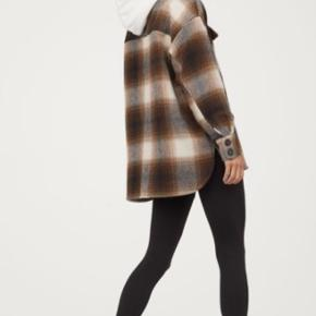 Skøn overgangs jakke fra H&M i størrelse Small/Medium - den er lavet oversize, så en størrelse large kan også sagtens passe den.