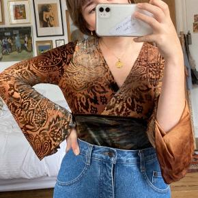 Brun mønstret vintage bluse i velour. Med store flagermusærmer. Størrelse M, på billederne ses den på en størrelse S.