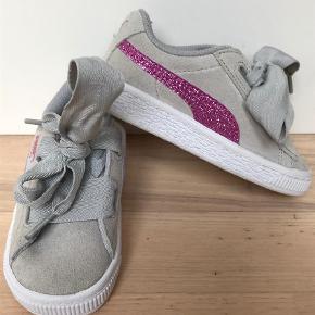 Varetype: Sneakers Farve: Grå,Pink Kvittering haves.  Puma sneakers str 24 aldrig brugt .  Sælges for 130!kr pris er fast . Plus Porto  Hentes Ørestaden eller sendes på købers regning .