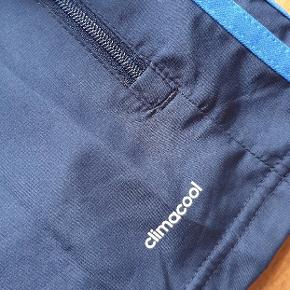 Helt ny Climacool jakke fra Adidas. Aldrig brugt, men prismærket er taget af. Sælges da den ikke passer mig så godt😊 BYD gerne👌😊
