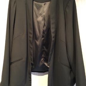 Klassisk smuk kort habit jakke fra Benedikte Utzon, brugt én gang.  Nybpris 2295 kr