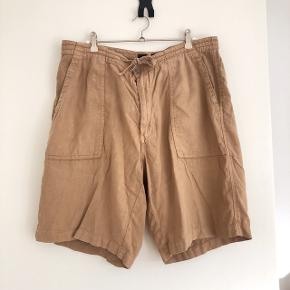 Gant khakifarvede shorts str 34. Med to lommer bagpå. Livvidde er ca 88 cm. Matr. 55% bomuld og 45 % linen
