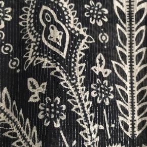 Varetype: Andet Farve: Sort  Heartmade bluse med sølvtråd Brystmål 50cm Længde foran 56cm ryg 70cm  90% bomuld 10% metal  Brugt få gange  Køber betaler TS og fragt med DAO   BYTTER IKKE