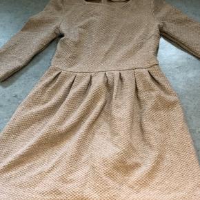 Vasket og brugt en enkelt gang. Super lækker og efterhånden klassisk kjole:-)