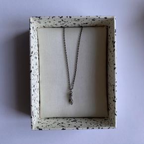 Super smuk halskæde fra Line & Jo. Brugt få gange.  Flere billeder sendes gerne. Gratis fragt ved køb af minimum to ting, til en samlet værdi af 100kr eller derover.