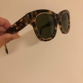 Sælger disse Céline solbriller. De er brugt et års tid og har lidt brugsspor. Men fremstår rigtig fine. Spørg for flere billeder   Np: 2100 Mp: 700