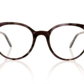Brand: Garrett Leight Varetype: Briller Størrelse: 47 Farve: Grå / sorte Oprindelig købspris: 5500 kr. Model: Dillon Størelse: 47  Købt i Poul Stig for ca. 2 år siden.   Glas er med styrke -0,5 på begge øjne.   Meget velholdte og fine!