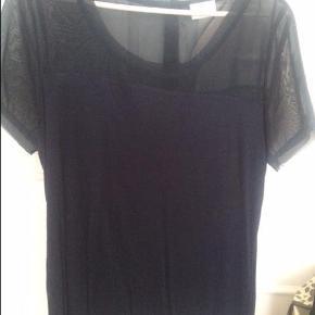 Varetype: T shirt Farve: Navy Oprindelig købspris: 299 kr.  T shirt fra Vila - kom med et bud ;-)