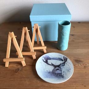 4 stk. sofapudebetræk fra IKEA. Råhvid med flæser 65x40 cm. Råhvid med sorte blomster 55x55 cm. Blå ensfarvet 50x50 cm. Blå vendbar med prikker/blomster 50x50 cm. Alle puder har lynlås lukning.  Lyseblå opbevaringskasse 17x12,5 cm. Lyseblå lille vase 11,5 cm. Lysfad med rensdyr ø 13 cm. 3 små træstafelier.  Alle dele sælges samlet for 100,-  Sender gerne.