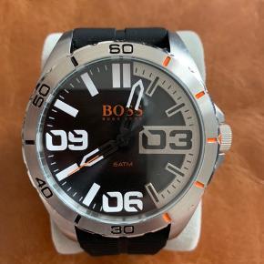 Hugo Boss ur med sort gummi rem. Aldrig brugt. Æsken eller kvitteringen haves ikke længere.