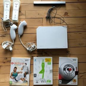 Med wii'en kommer et balance Board, 2 remotes, 2 nunchucks, 3 spil (wii fit, table tennis og active), samt alle ledninger til wii'en med.  Købt brugt for 3 år siden. Virker som det skal.